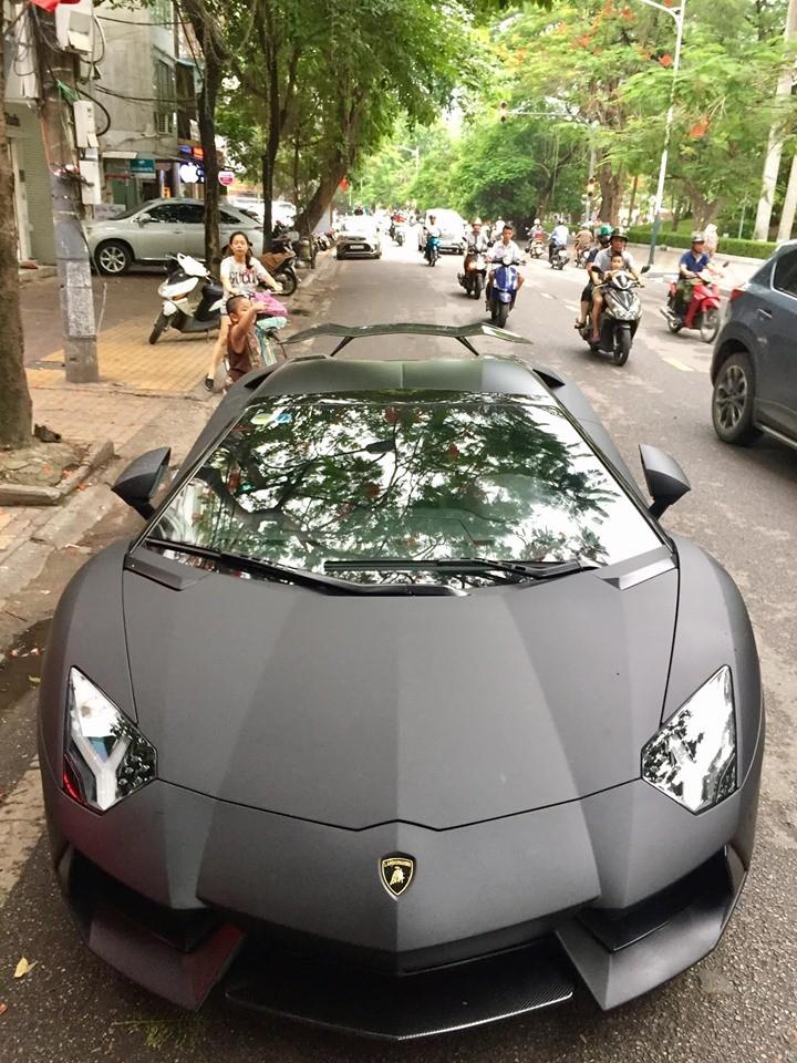 Cận cảnh bộ áo đen nhám của siêu xe Lamborghini Aventador LP700-4 Roadster đầu tiên về Việt Nam