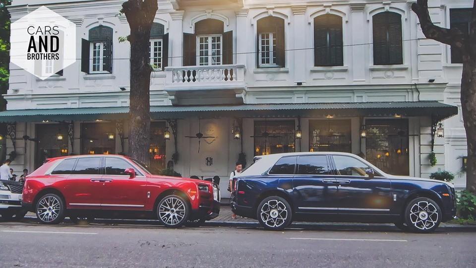 Hai chiếc Rolls-Royce Cullinan đỗ trên đường phố Hà Nội thuộc chiếc đầu tiên và thứ tư có mặt tại Việt Nam