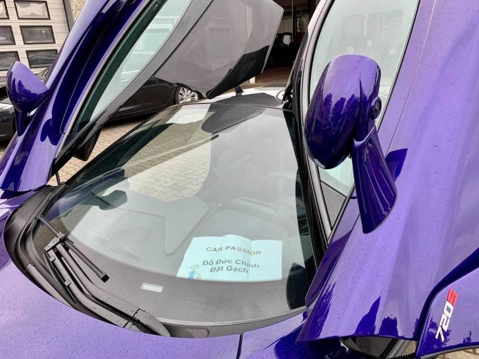 Tờ giấy xuất hiện bên trong khoang lái của chiếc siêu xe McLaren 720S màu tím ở đại lý McLaren Đức