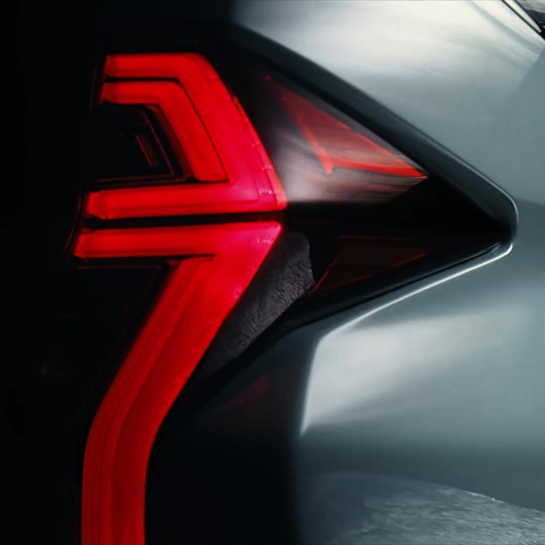 Cụm đèn hậu của Mitsubishi Pajero Sport 2020 vẫn nằm dọc nhưng có tạo hình bên trong mới