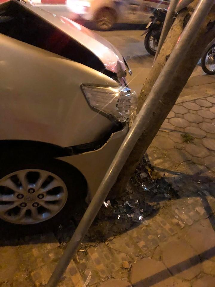 Chiếc Toyota Innova hư hỏng nặng đầu xe khi tông vào cây xanh