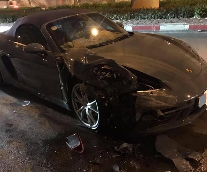 Chiếc Porsche 718 Boxster hư hỏng nặng sau khi tông vào đuôi xe Toyota Innova