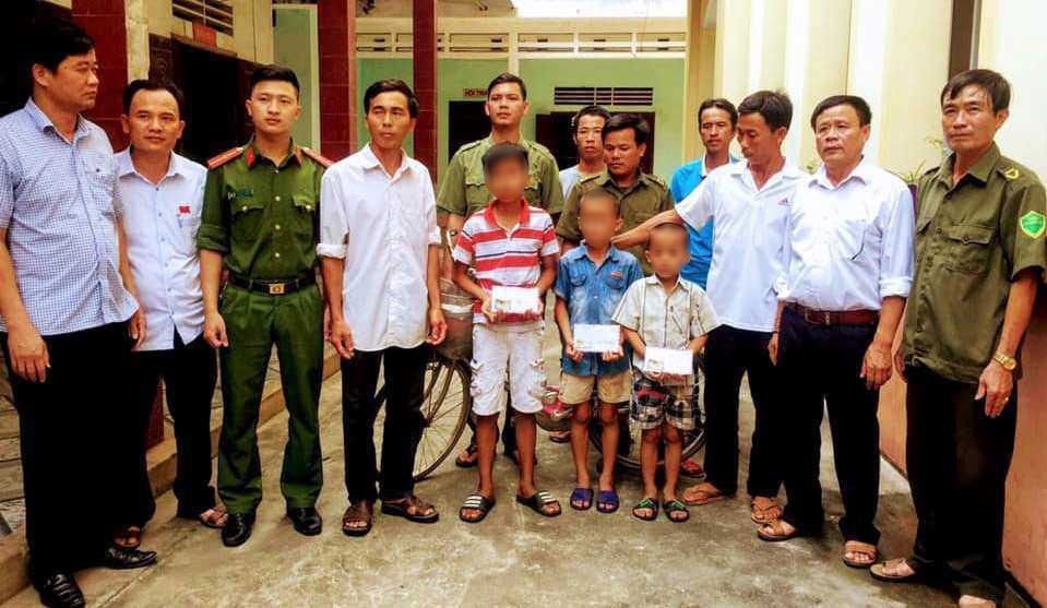 3 bé trai được Công an bàn giao về cho gia đình