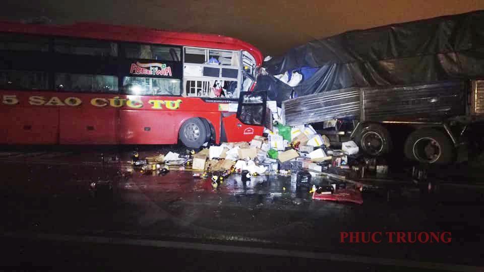 Chiếc xe khách giường nằm đối đầu ô tô tải trong đêm