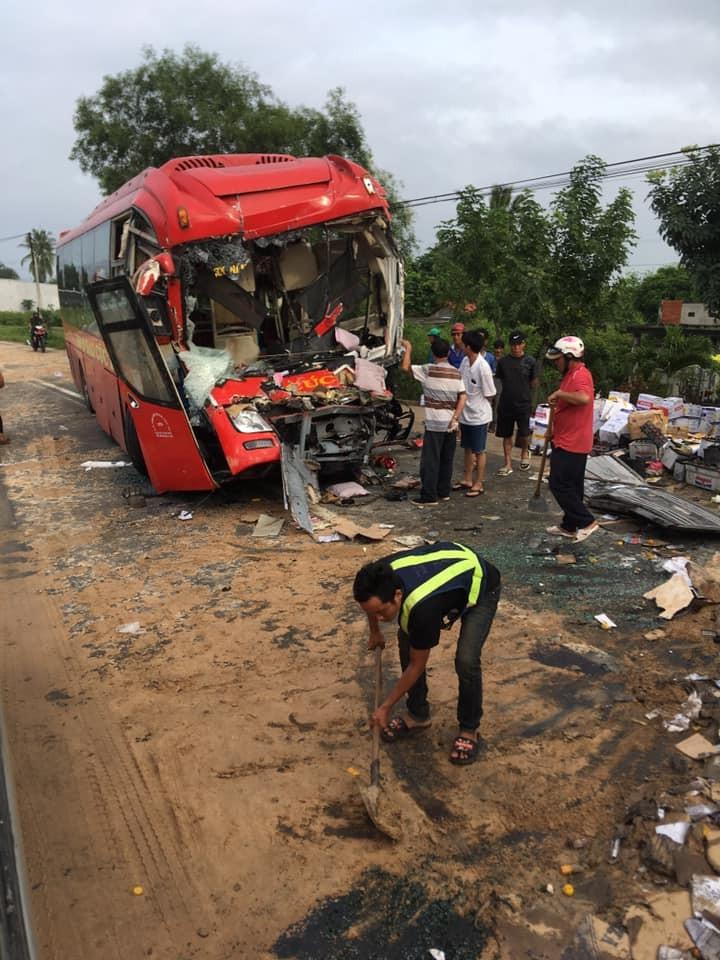 Chiếc xe khách giường nằm hỏng nặng sau vụ tai nạn