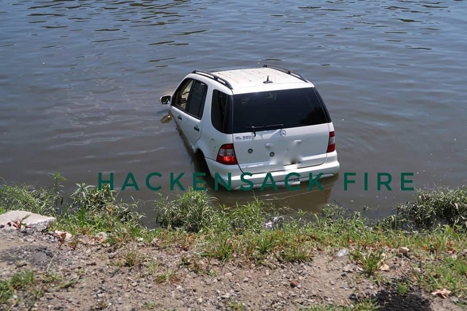 Chiếc SUV hạng sang chắc chắn đã bị hỏng khá nặng sau vụ tai nạn