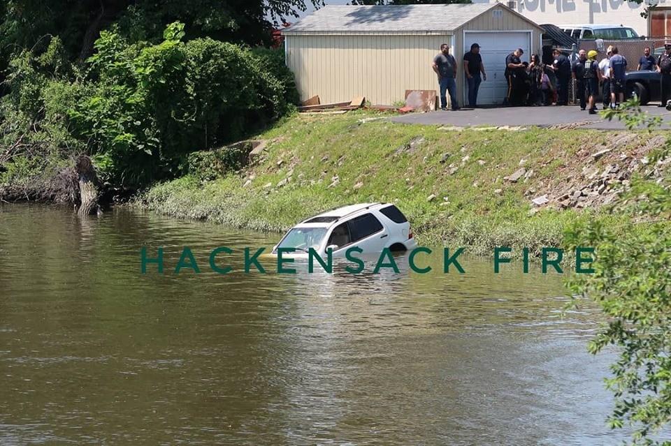 Chiếc Mercedes-Benz ngập đến nửa thân xe dưới sông