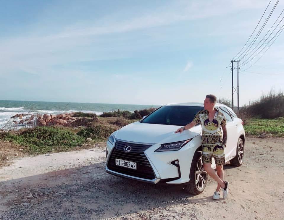 Lâm Chấn Khang cùng Lexus RX350