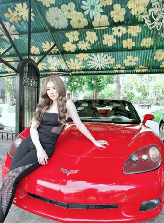 Kim Jun See chụp ảnh cùng chiếc xe thể thao Chevrolet Corvette C6 màu đỏ khi quay phim tại lâu đài ở quận 9