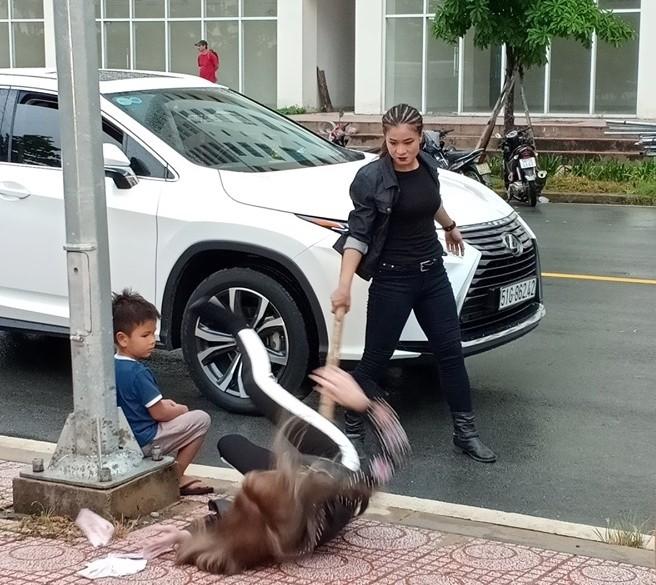 Lexus RX350 trong một cảnh quay vợ của Trần Hạo Nam bị bắt cóc