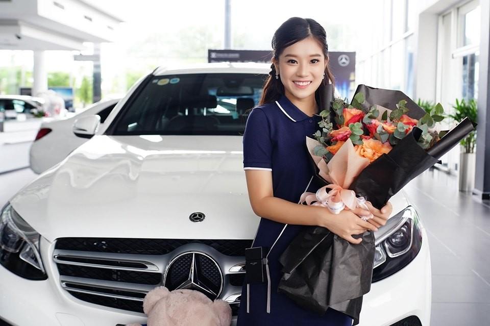 Hoàng Yến Chibi trong ngày vui nhận bàn giao chiếc Mercedes-Benz GLC 200 có giá 2 tỷ đồng