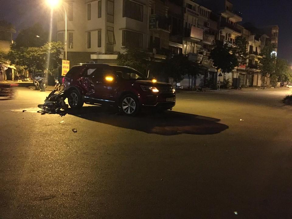 Hiện trường vụ tai nạn của Honda Wave và xe Ford Explorer tại Hà Nội