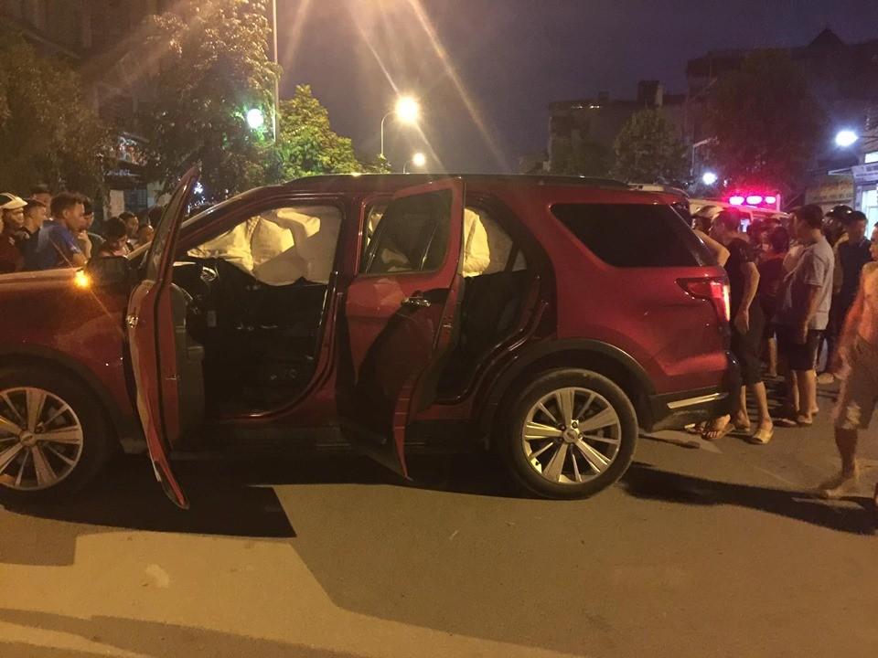 Túi khí của chiếc SUV Ford Explorer bung ra sau tai nạn với xe máy Honda Wave