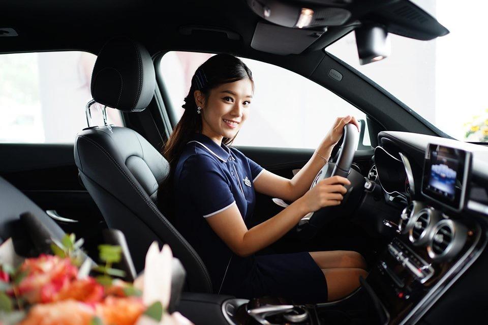 Nữ diễn viên Tháng Năm Rực Rỡ bên trong khoang lái chiếc Mercedes-Benz GLC 200 mới mua