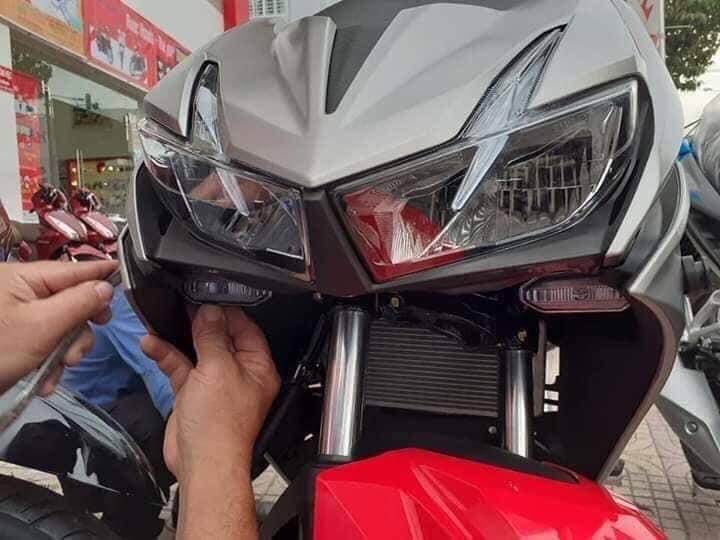 Chiếc xe khởi động cho phong trào đưa đèn xi-nhan trước vào phía trong yếm xe