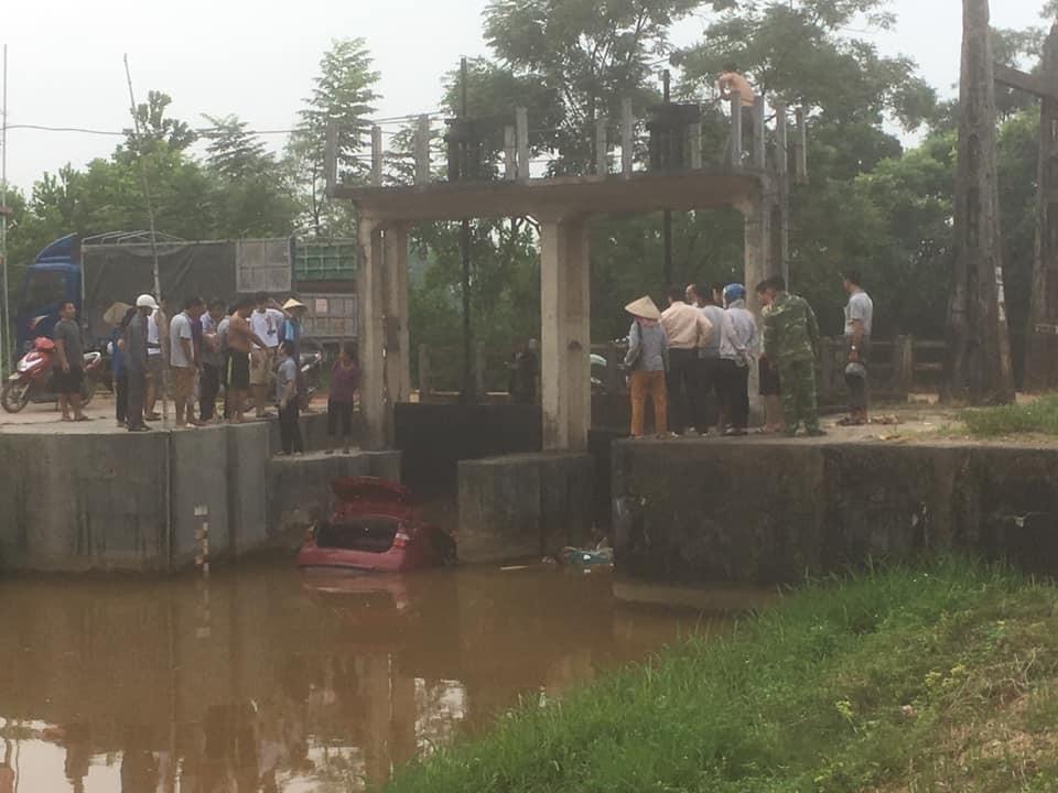 Rất đông người dân theo dõi vụ tai nạn của Hyundai Grand i10 sedan