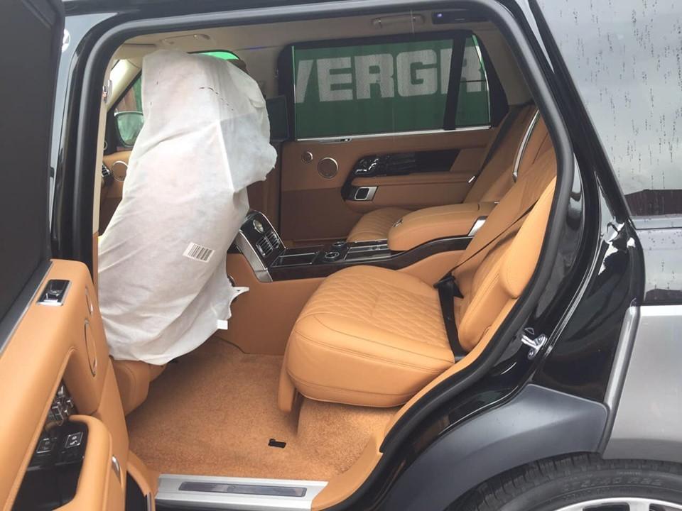 Khoang nội thất dành cho hàng ghế phía sau của Range Rover SVAutobiography 2019 mới về Việt Nam