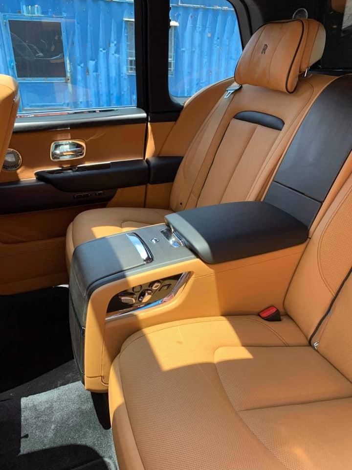 Xe thuộc phiên bản 4 chỗ ngồi với hàng ghế sau có tuỳ chọn Individual Seat và cả tựa đầu ghế ngồi của Rolls-Royce