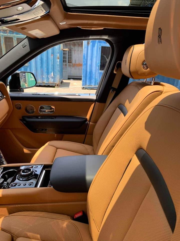 Cận cảnh khoang lái chiếc SUV siêu sang Rolls-Royce Cullinan mới cập bến tại Sài thành