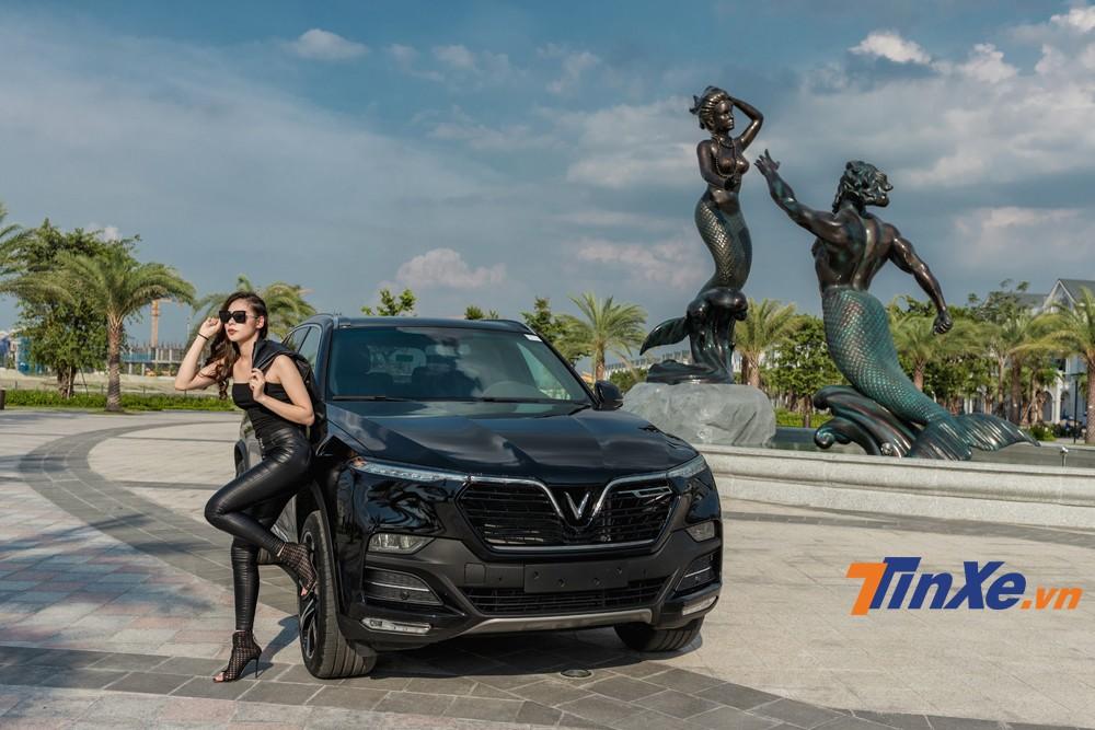 Cặp đôi chân dài Việt khoe sắc bên VinFast LUX A2.0 và LUX SA2.0