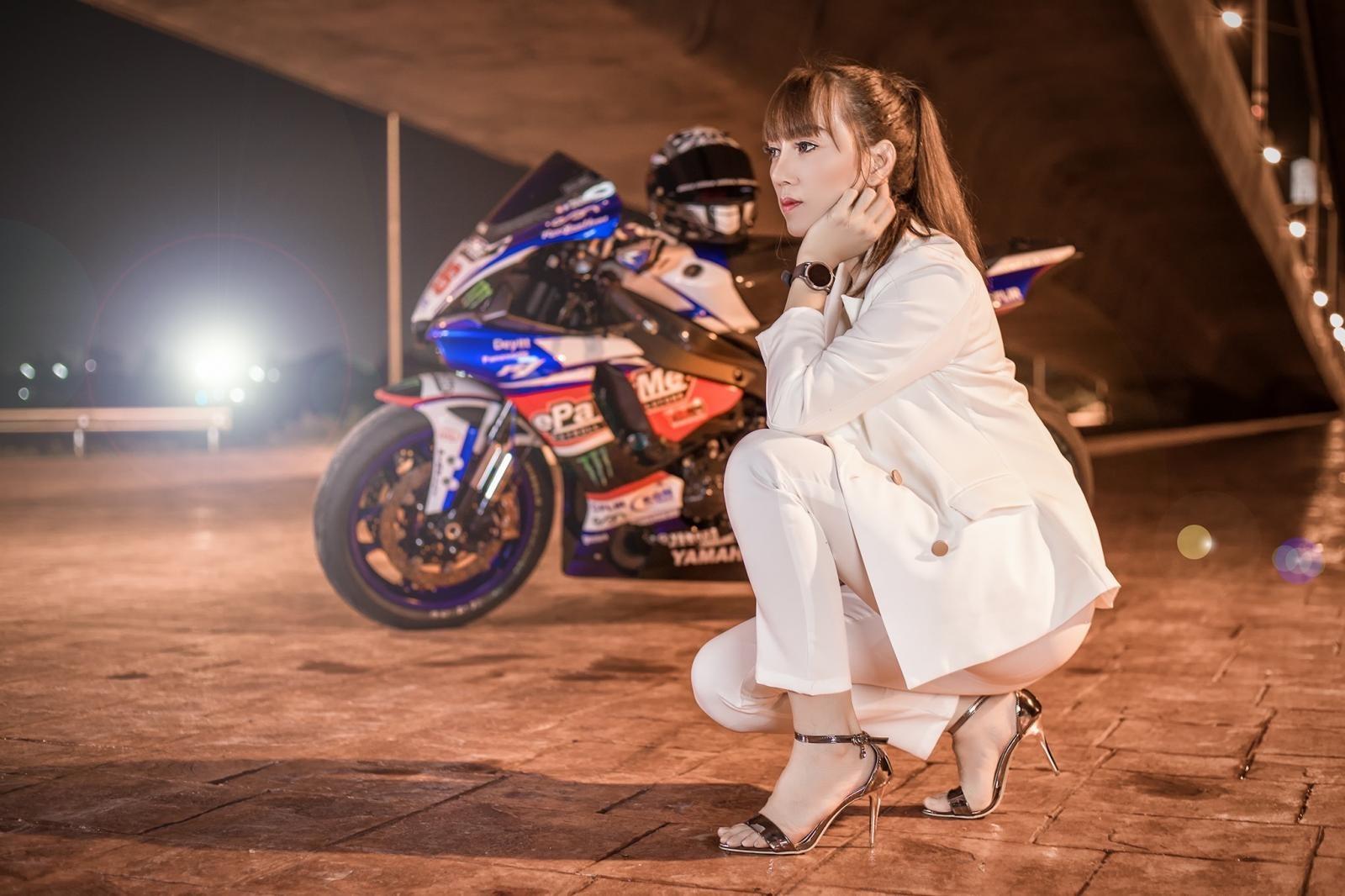 Cô nàng biến hoá khi thể thao, khi thanh lịch bên Yamaha R1 - 11