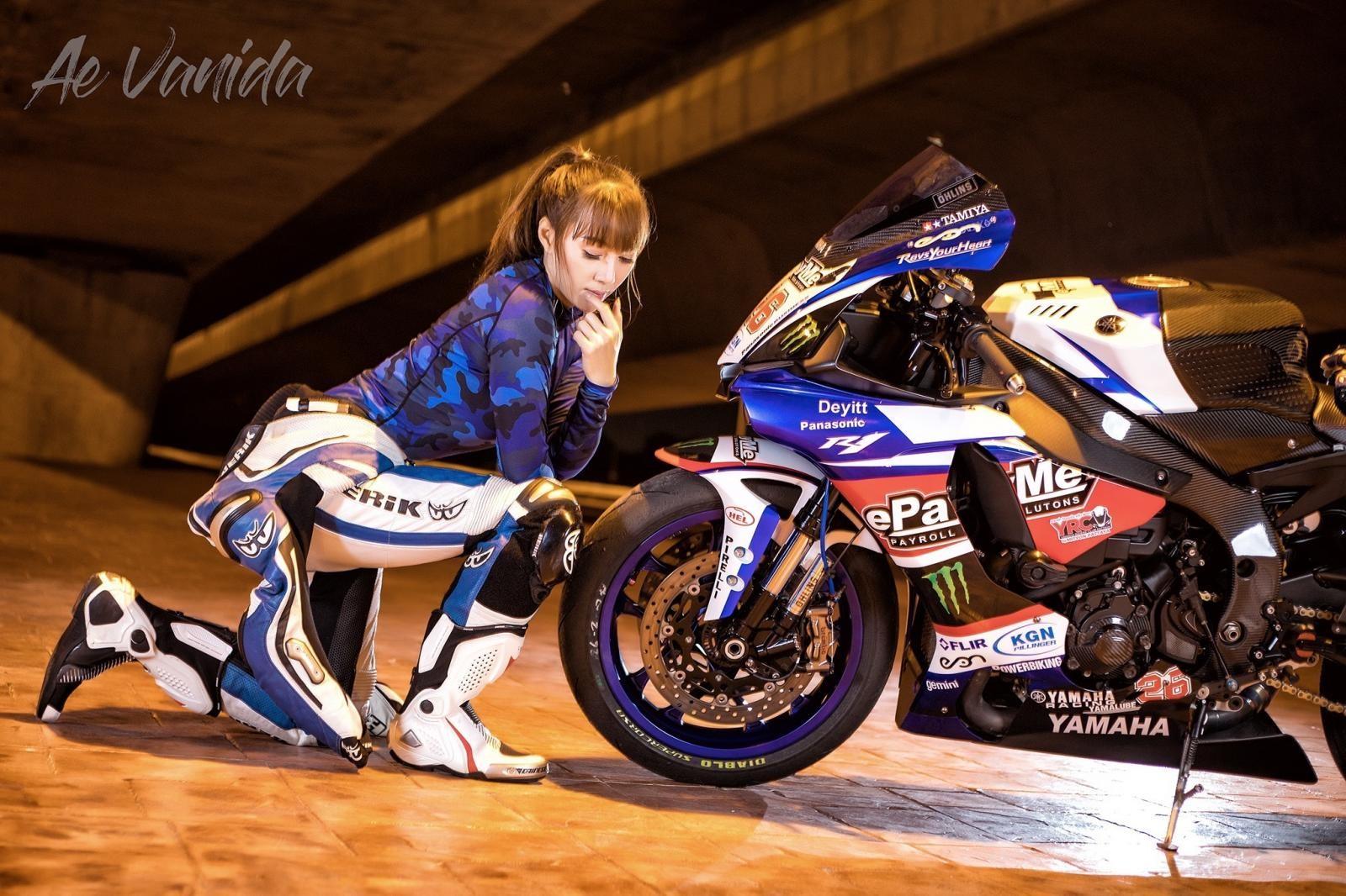 Cô nàng biến hoá khi thể thao, khi thanh lịch bên Yamaha R1 - 1