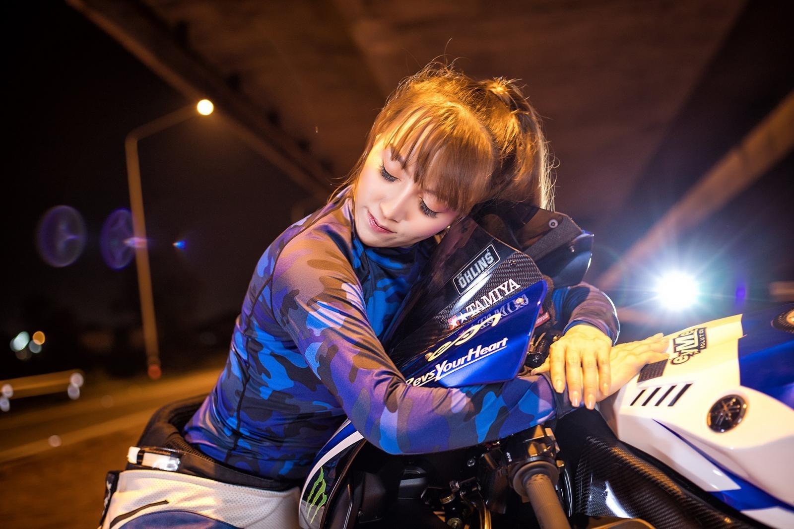 Cô nàng biến hoá khi thể thao, khi thanh lịch bên Yamaha R1 - 8