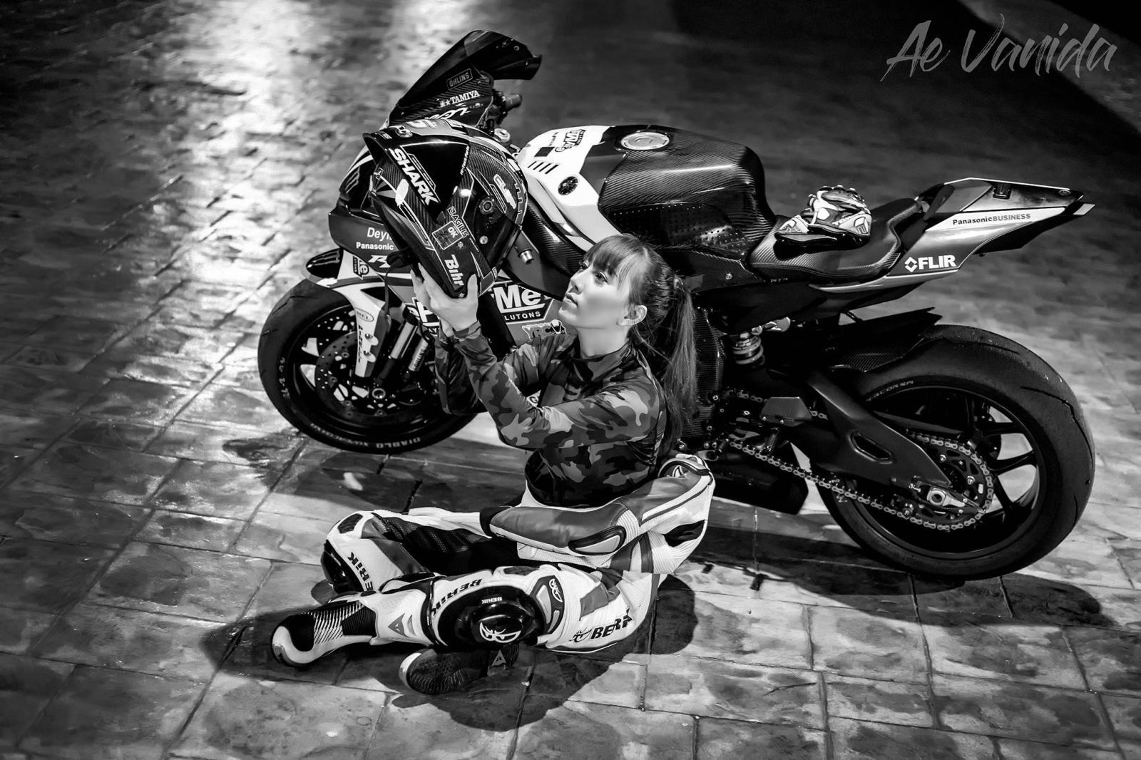 Cô nàng biến hoá khi thể thao, khi thanh lịch bên Yamaha R1 - 2