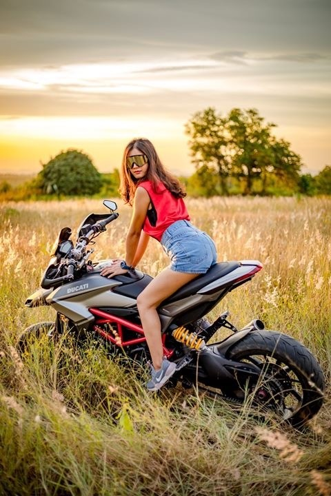 Thiếu nữ nhẹ nhàng, lãng mạn cùng mô tô phân khối lớn Ducati Hypermotard - 10