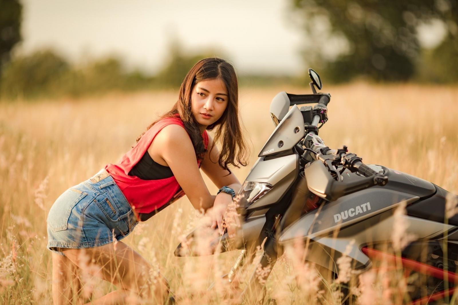 Thiếu nữ nhẹ nhàng, lãng mạn cùng mô tô phân khối lớn Ducati Hypermotard - 6