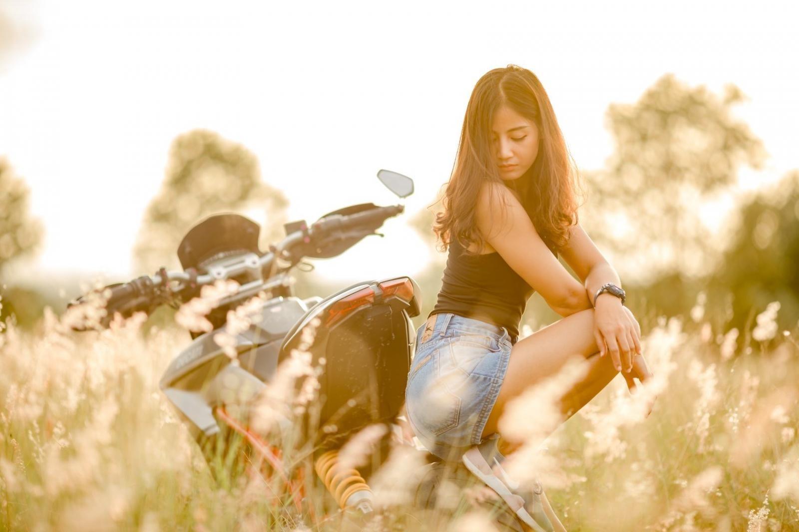 Thiếu nữ nhẹ nhàng, lãng mạn cùng mô tô phân khối lớn Ducati Hypermotard - 9