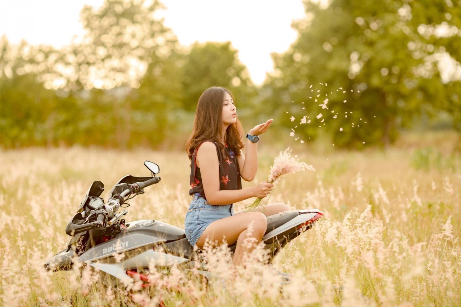 Thiếu nữ nhẹ nhàng, lãng mạn cùng mô tô phân khối lớn Ducati Hypermotard - 4