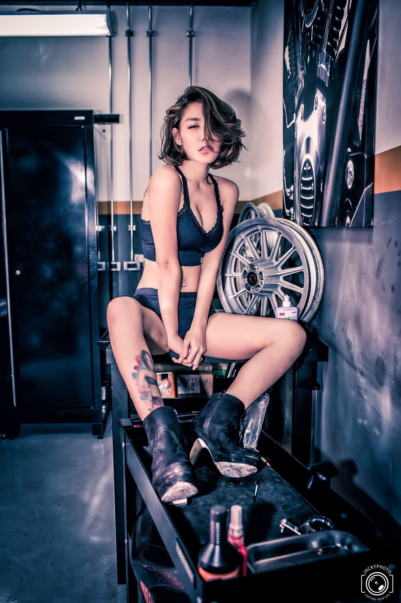 Cô nàng xinh đẹp phơi bày vẻ quyến rũ trong garage sửa mô tô - 5