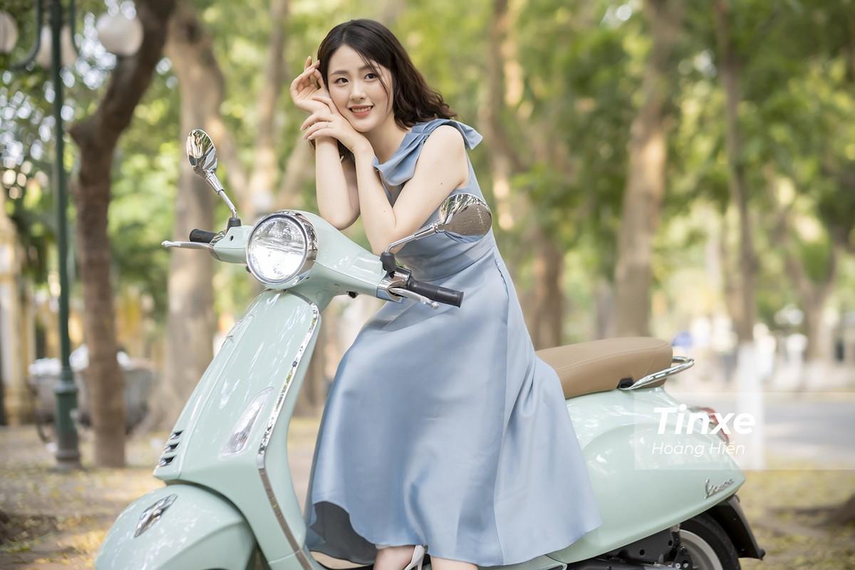Thiếu nữ nhẹ nhàng, lãng mạn bên Vespa Primavera màu xanh bạc hà dịu mát - 12