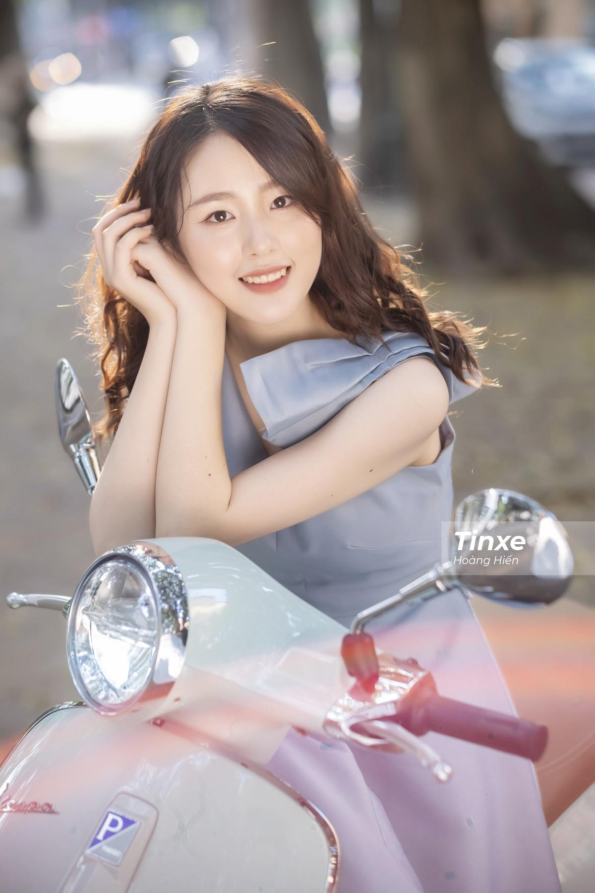 Thiếu nữ nhẹ nhàng, lãng mạn bên Vespa Primavera màu xanh bạc hà dịu mát - 7