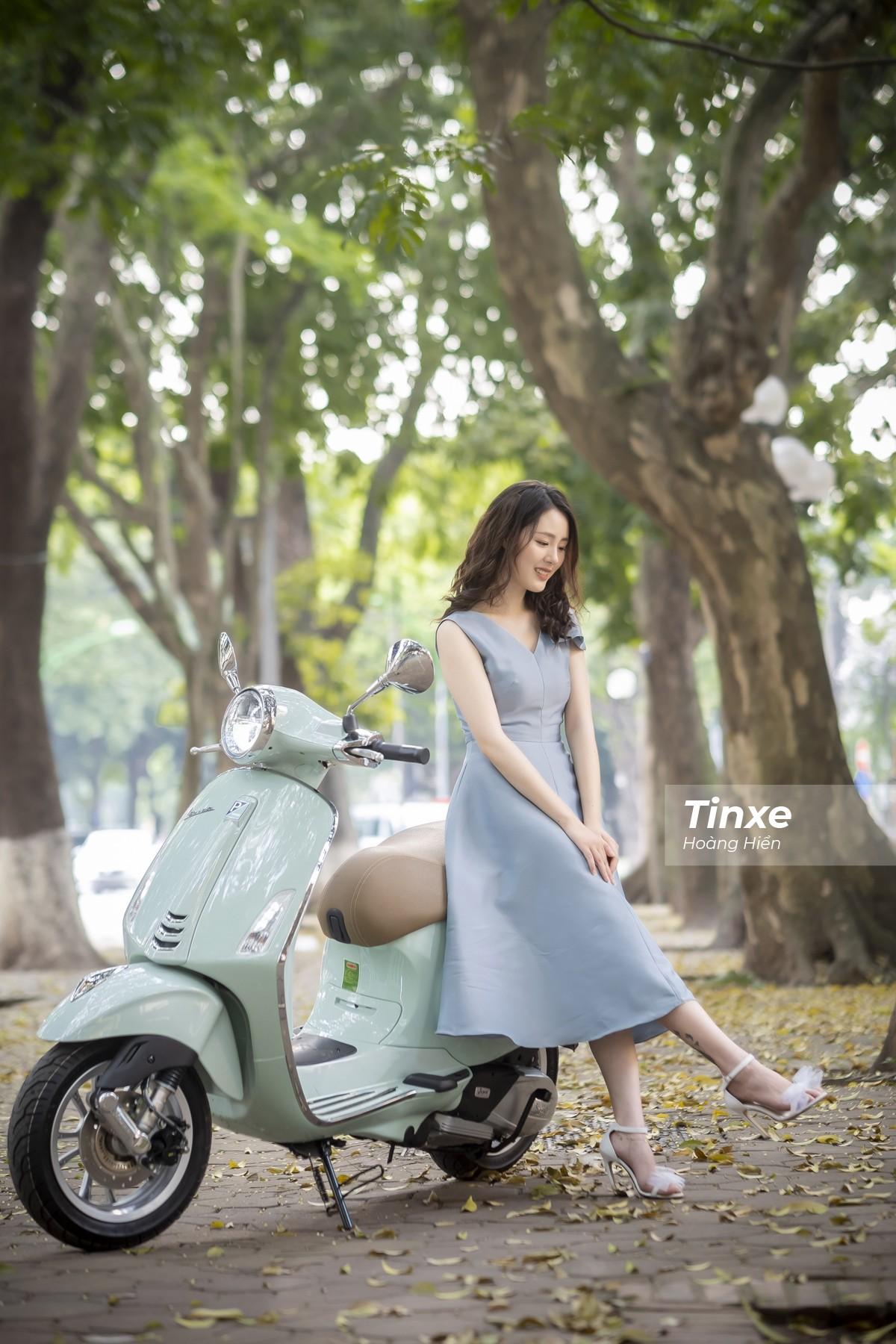 Thiếu nữ nhẹ nhàng, lãng mạn bên Vespa Primavera màu xanh bạc hà dịu mát - 1