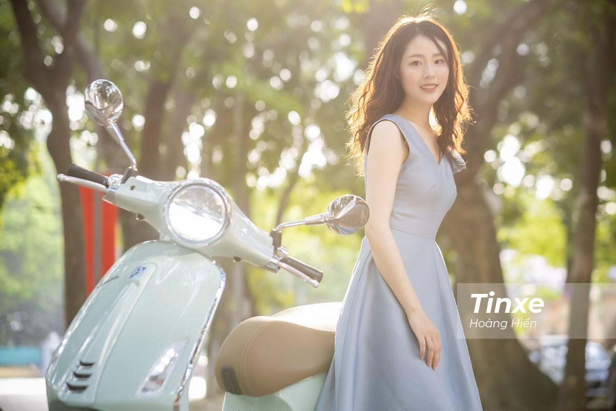 Thiếu nữ nhẹ nhàng, lãng mạn bên Vespa Primavera màu xanh bạc hà dịu mát - 13