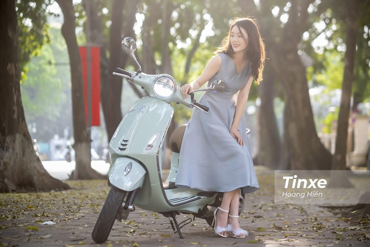 Thiếu nữ nhẹ nhàng, lãng mạn bên Vespa Primavera màu xanh bạc hà dịu mát - 9