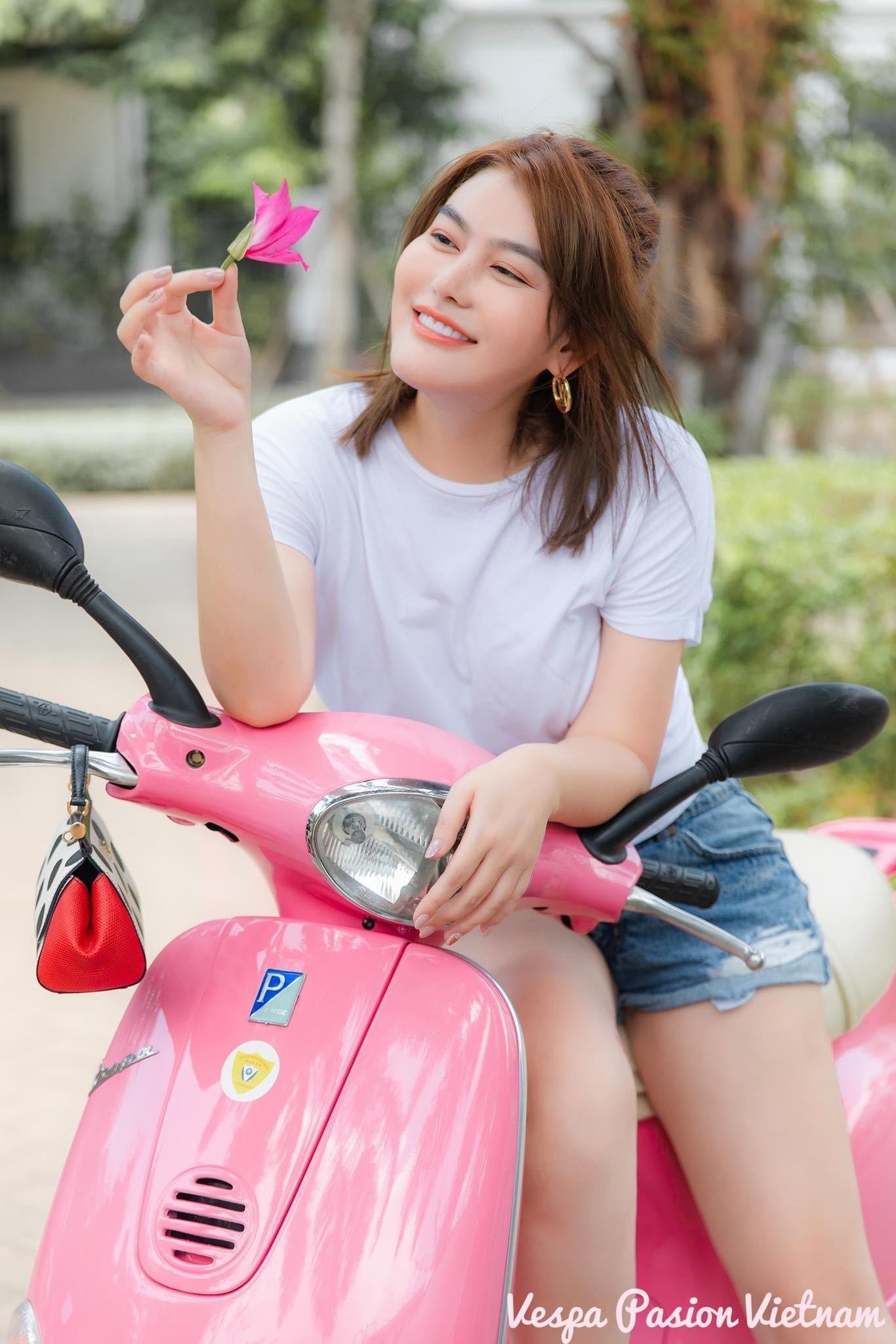 Á hậu áo dài Trịnh Thanh Phối duyên dáng bên chiếc Vespa ET hồng Hello Kitty - 13