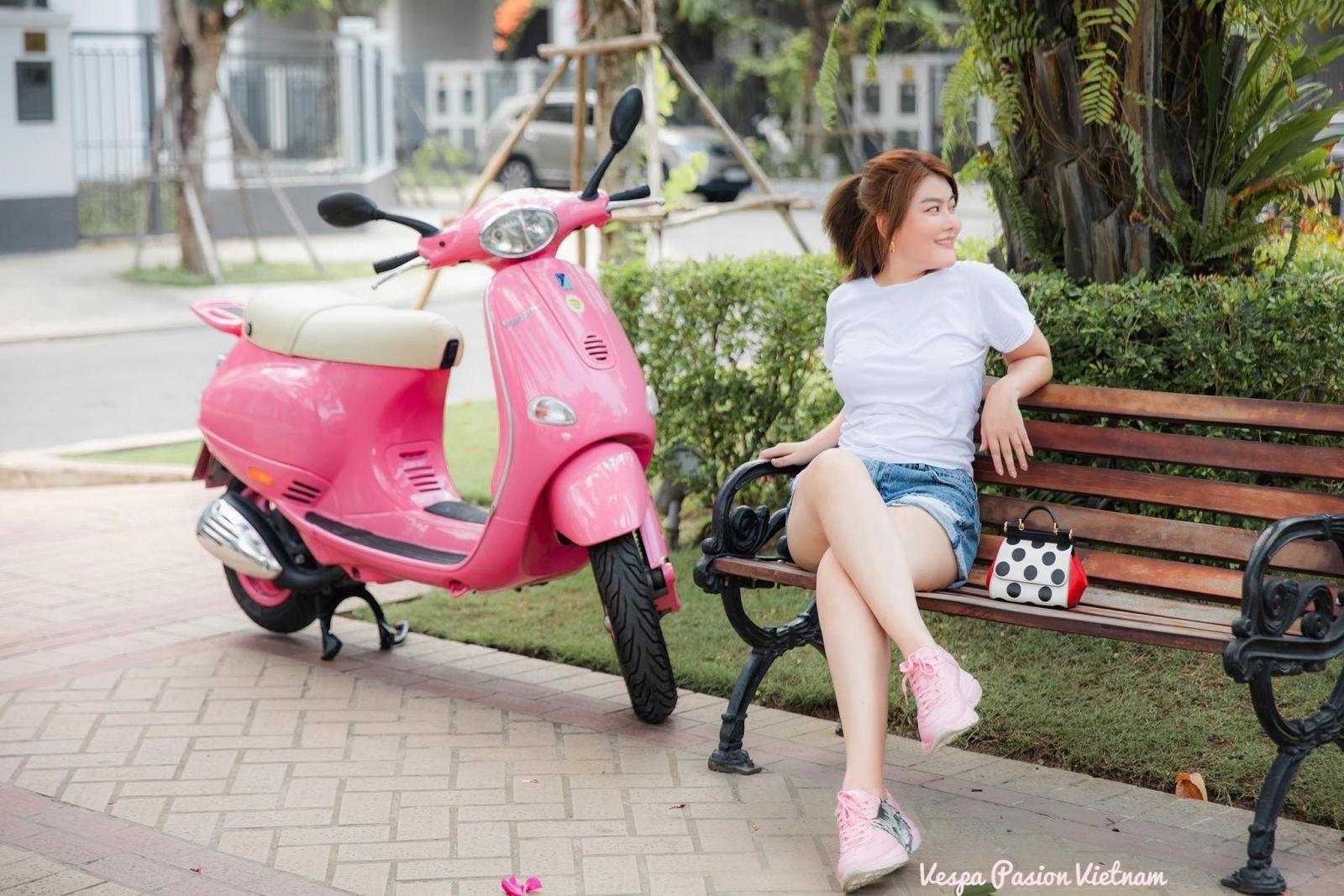 Á hậu áo dài Trịnh Thanh Phối duyên dáng bên chiếc Vespa ET hồng Hello Kitty - 5