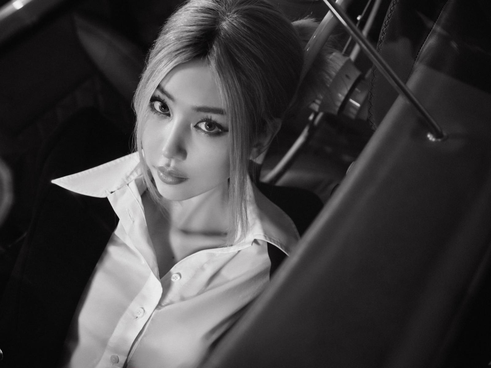 """Nữ ca sĩ MIN khoe vẻ đẹp cá tính bên """"hàng hiếm"""" Porsche 356A Speedster - 15"""