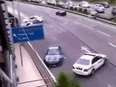 Màn drift của xe thể thao trước mặt xe cảnh sát
