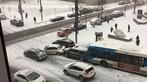 Ô tô trượt dài trên đường tuyết dốc