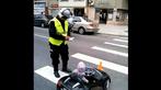 Em bé bị phạt vì ngồi xe ô tô điều khiển từ xa