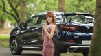 """Tức mắt với bộ ảnh """"vợ nhà người ta"""" tạo dáng xinh đẹp bên Soueast DX7 Prime - 10"""