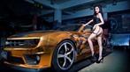 Người mẫu Tôn Minh Lộ khoe thân thể nóng bỏng bên Chevrolet Camaro độ hoàng kim - 1