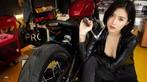 """Nữ biker """"vô tình"""" lộ vòng 1 nóng bỏng trong khi kiểm tra mô tô - 9"""