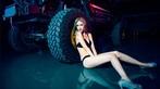Chân dài 9x diện đồ lót đen bên mẫu xe off-road hầm hố - 6