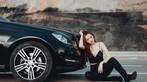 Thiên thần áo đen khoe dáng bên Mercedes-Benz - 1
