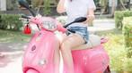 Á hậu áo dài Trịnh Thanh Phối duyên dáng bên chiếc Vespa ET hồng Hello Kitty - 11